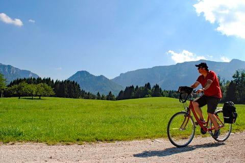 Radfahrer auf Radweg in Bayern