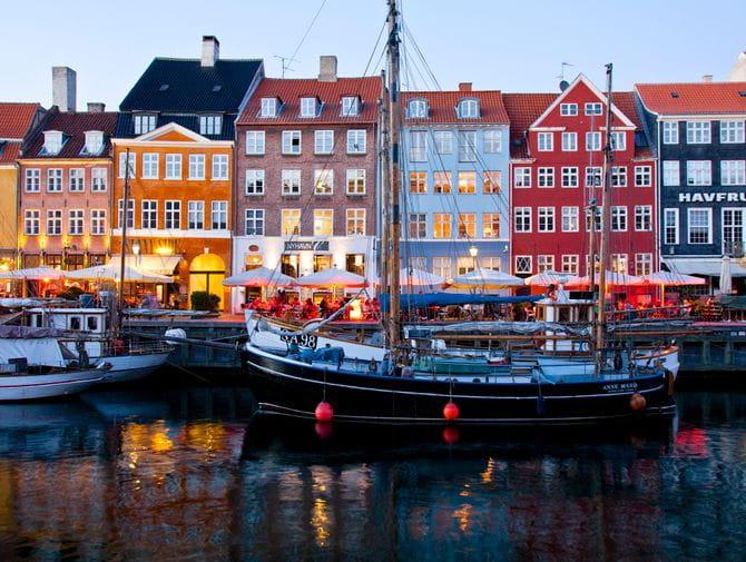 Copenhagen-Nyhavn-colorful-houses